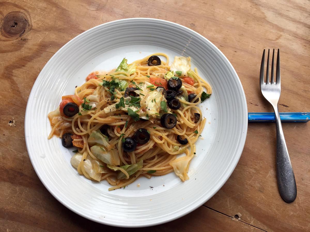 Bianco: アンチョビとキャベツ, オリーヴ, フレッシュトマトのオイルソース